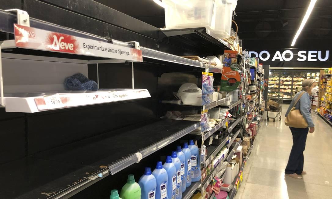 Prateleira vazia de papel higiênico no supermercado Pão de Açucar, Leblon, Zona Sul do Rio Foto: Márcia Foletto / Agência O Globo