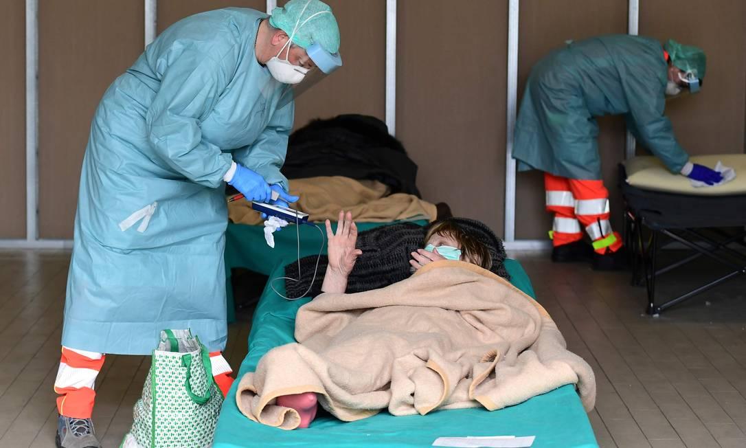 Profissional da saúde usa proteção para atender paciente em Brescia, na Lombardia, região italiana mais afetada Foto: MIGUEL MEDINA/AFP / AFP