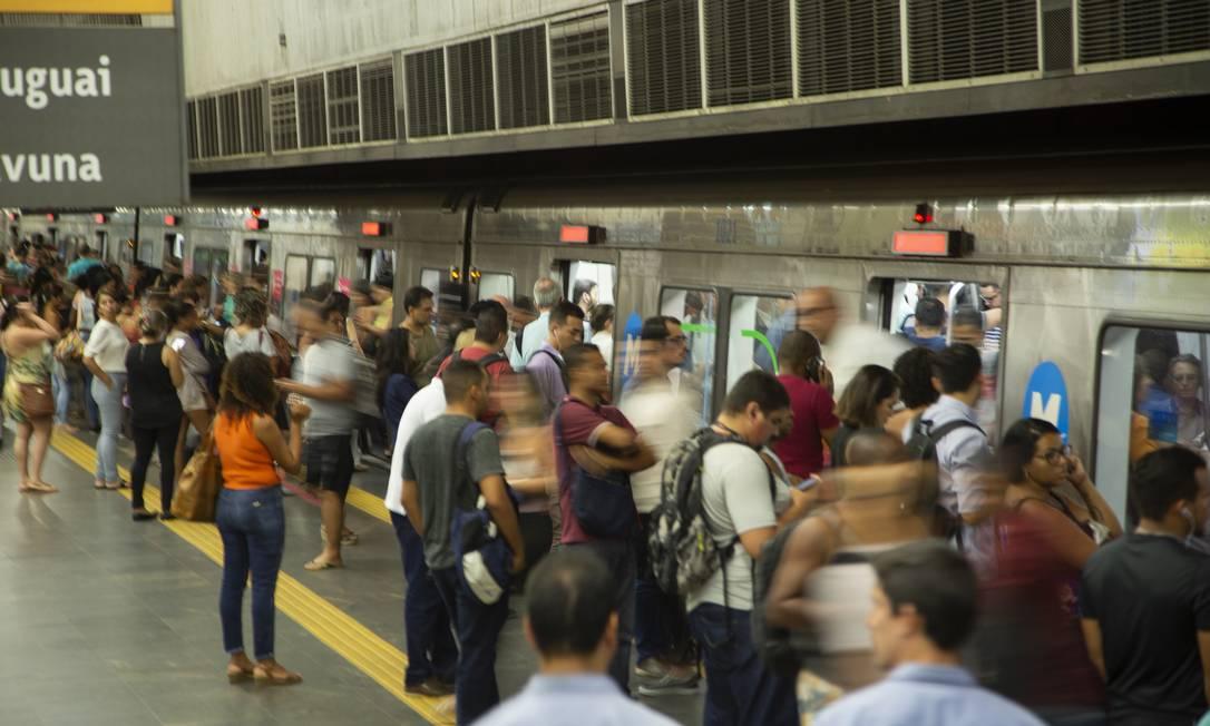 Estação de Metrô da Central do Brasil, com grande fluxo de pessoas, mesmo com orientação evitar aglomerações devido ao coronavírus Foto: Gabriel Monteiro / O Globo