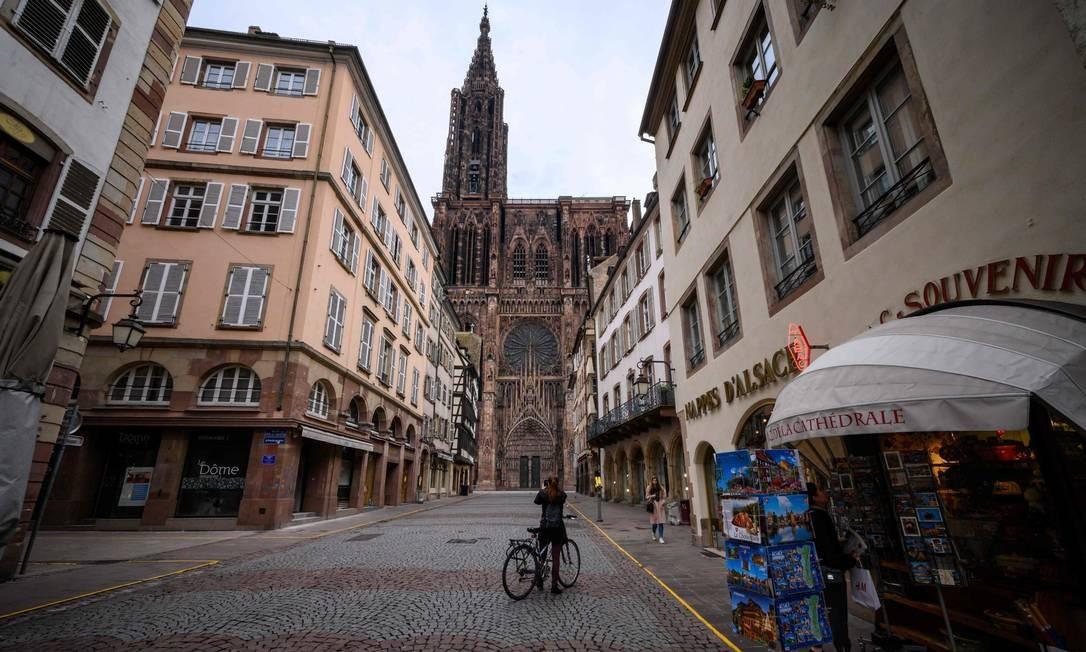Ruas quase esvaziadas na cidade de Estrasburgo, na França, algumas horas antes do início da quarentena nacional anunciada pelo presidente Emmanuel Macron contra a disseminação da Covid-19 Foto: PATRICK HERTZOG / AFP