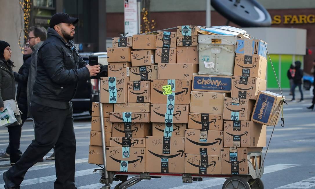 Entregador empurra um carrinho cheio de caixas da Amazon em Nova York Foto: Brendan McDermid / Reuters