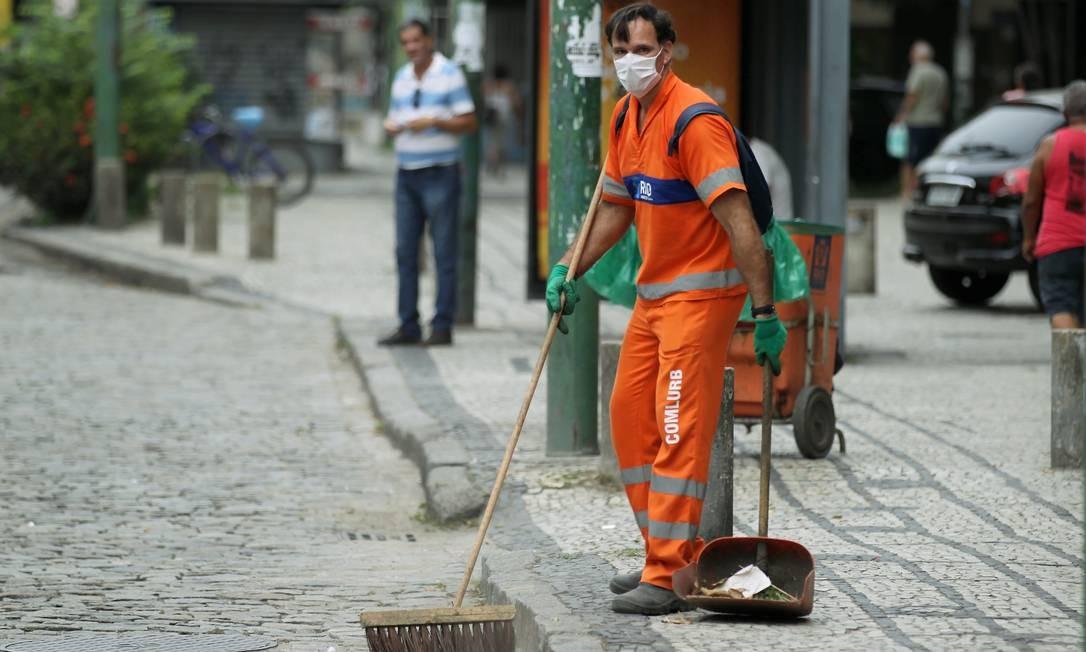 Gari trabalha de máscara na Avenida 28 de setembro, em Vila Isabel Foto: Gabriel de Paiva / Agência O Globo