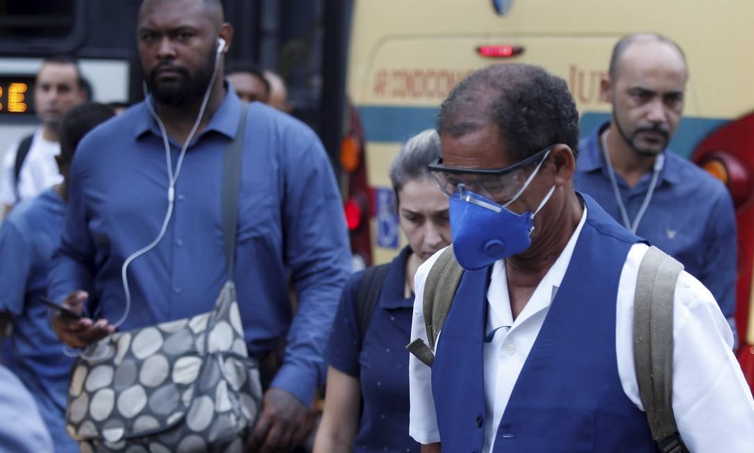 Passageiro usa óculos e máscaras de proteção ao desembarcar no terminal de rodoviário da Central do Brasil Foto: Fabiano Rocha / Agência O Globo