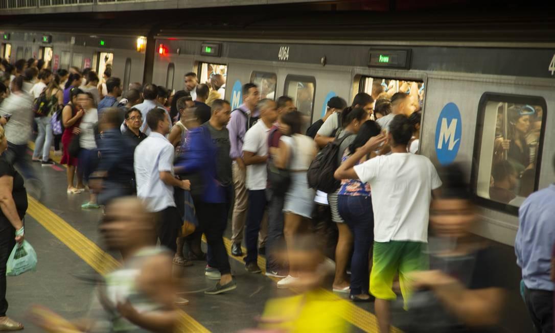 Estação de metrô da Central do Brasil, com grande fluxo de pessoas, mesmo com orientação evitar aglomerações devido ao coronavírus Foto: Gabriel Monteiro / Agência O Globo