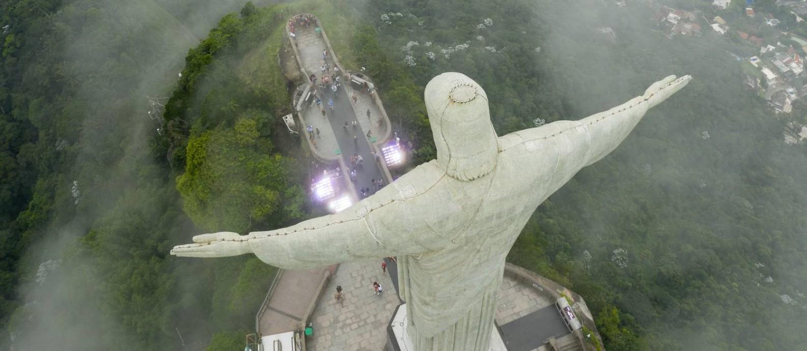 Turistas visitaram o Cristo Redentor na manhã desta terça-feira apesar de decreto para o fechamento de pontos turísticos Foto: Brenno Carvalho / Agência O Globo