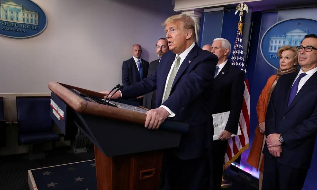 O presidente dos EUA, Donald Trump, está cercado por membros da força-tarefa de coronavírus (COVID-19) durante o briefing diário de coronavírus na Casa Branca em Washington. Foto: JONATHAN ERNST / REUTERS