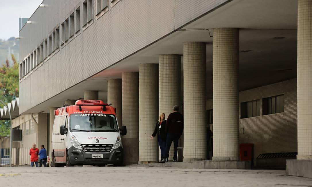 Policial foi socorrido no hospital Souza Aguiar, no Centro Foto: Brenno Carvalho / Agência O Globo