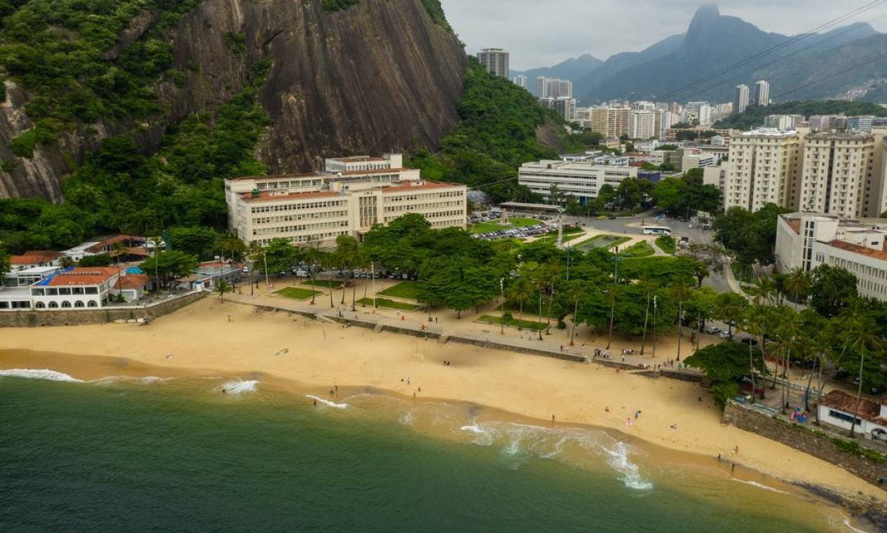 Vista aérea da Praia Vermelha, na Urca, praticamente vazia Foto: Brenno Carvalho / Agência O Globo