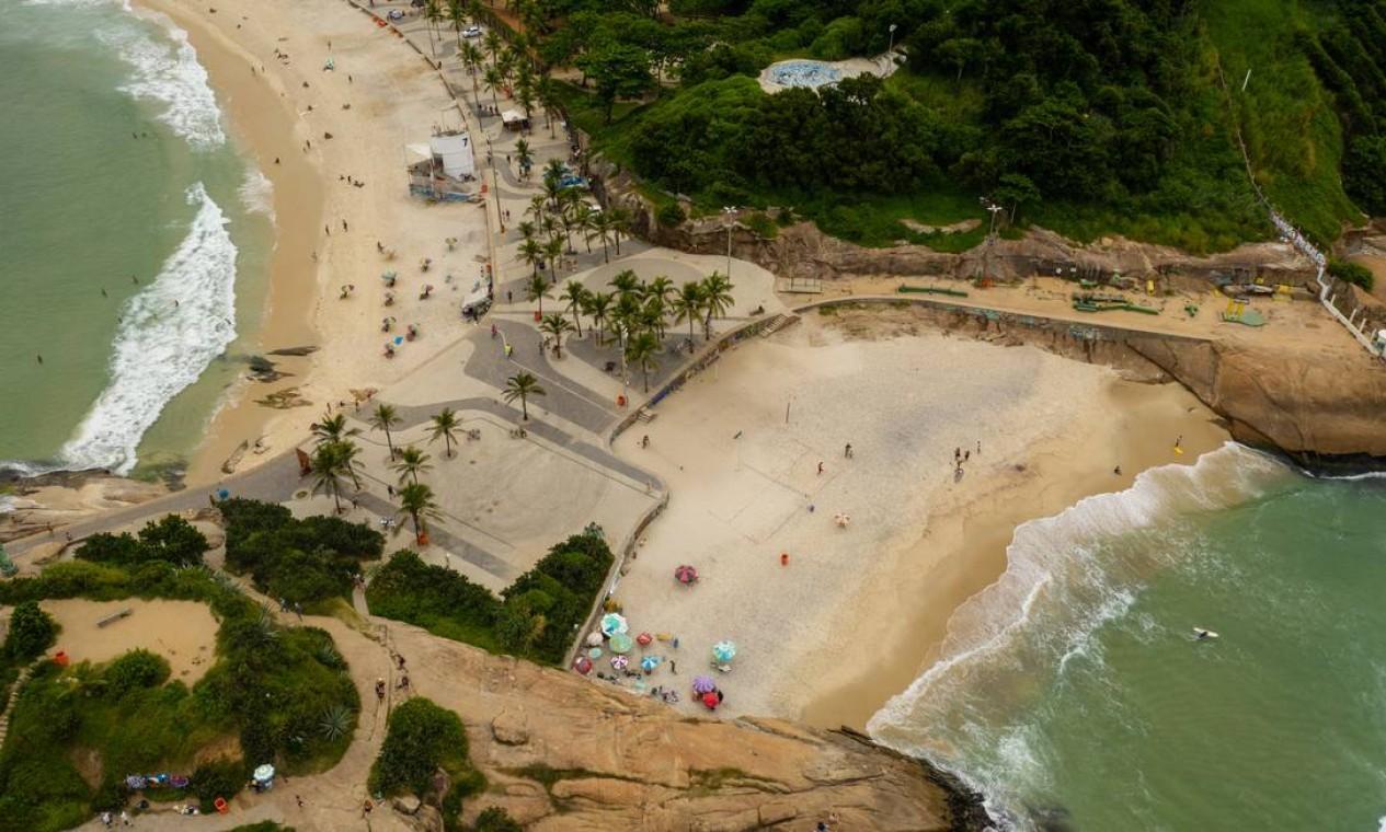 Numa cena bastante diferente da registrada no último fim de semana e da segunda-feira, a Praia do Arpoador tinha poucos banhistas que contrariaram as recomendações do governo para frear a propagação do novo coronavírus Foto: Brenno Carvalho / Agência O Globo