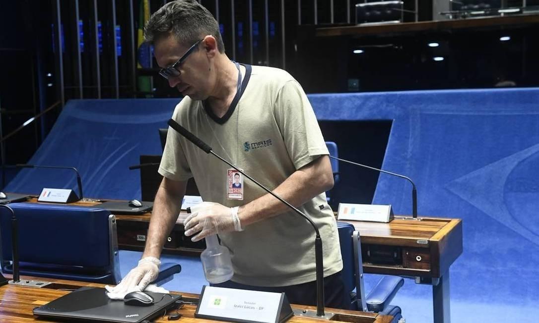 Um funcionário higieniza o plenário do Senado Federal com álcool. Hábitos de higiene são os maiores aliados na guerra contra o coronavírus Foto: Jane de Araújo / Agência Senado