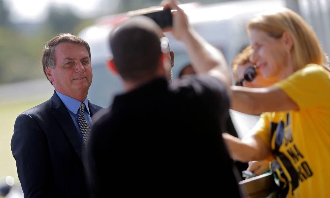 O presidente Jair Bolsonaro conversa com apoiadores em frente ao Palácio da Alvorada Foto: Adriano Machado / Reuters