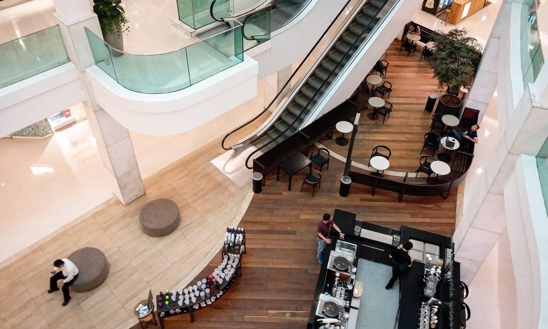 Shopping Leblon durante a tarde desta terça-feira com movimento abaixo do habitual Foto: Hermes de Paula / O Globo
