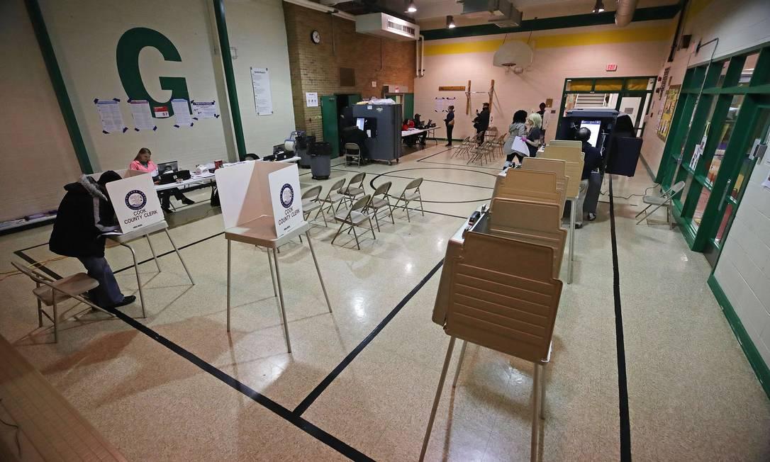 Seção eleitoral vazia em Forest Park, no estado do Illinois. Comparecimento às urnas foi esvaziado nesta terça-feira, mas voto por correio pode compensar nos resultados finais Foto: JONATHAN DANIEL / AFP
