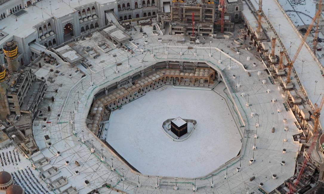 Vista aérea mostra área vazia de azulejos brancos ao redor da Kaaba na Grande Mesquita de Meca Foto: BANDAR ALDANDANI / AFP