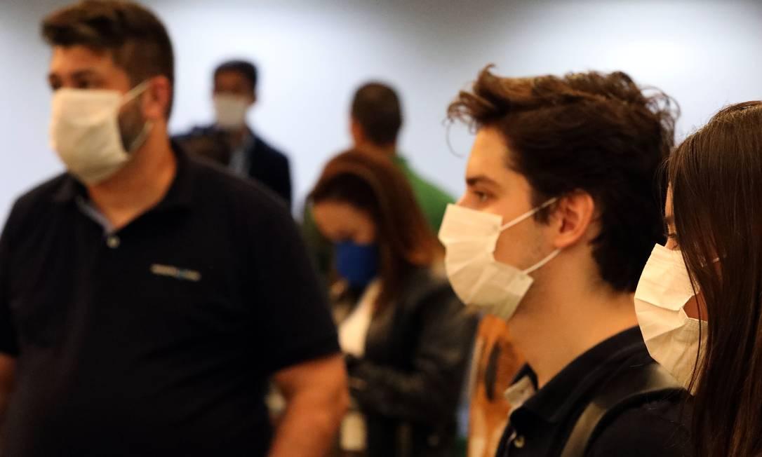 Passageiros usam máscara no Aeorporto Santos Dummont, Zona Sul do Rio Foto: FABIO MOTTA / Agência O Globo