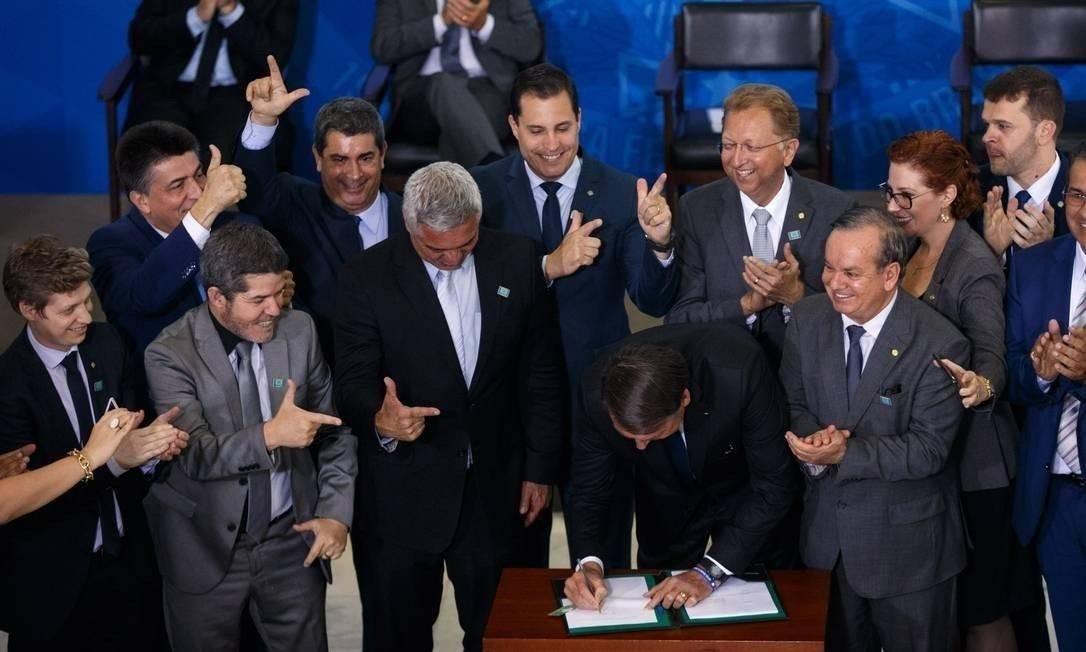 Jair Bolsonaro edita decreto armamentista no Palácio do Planalto Foto: Daniel Marenco/Agência O Globo