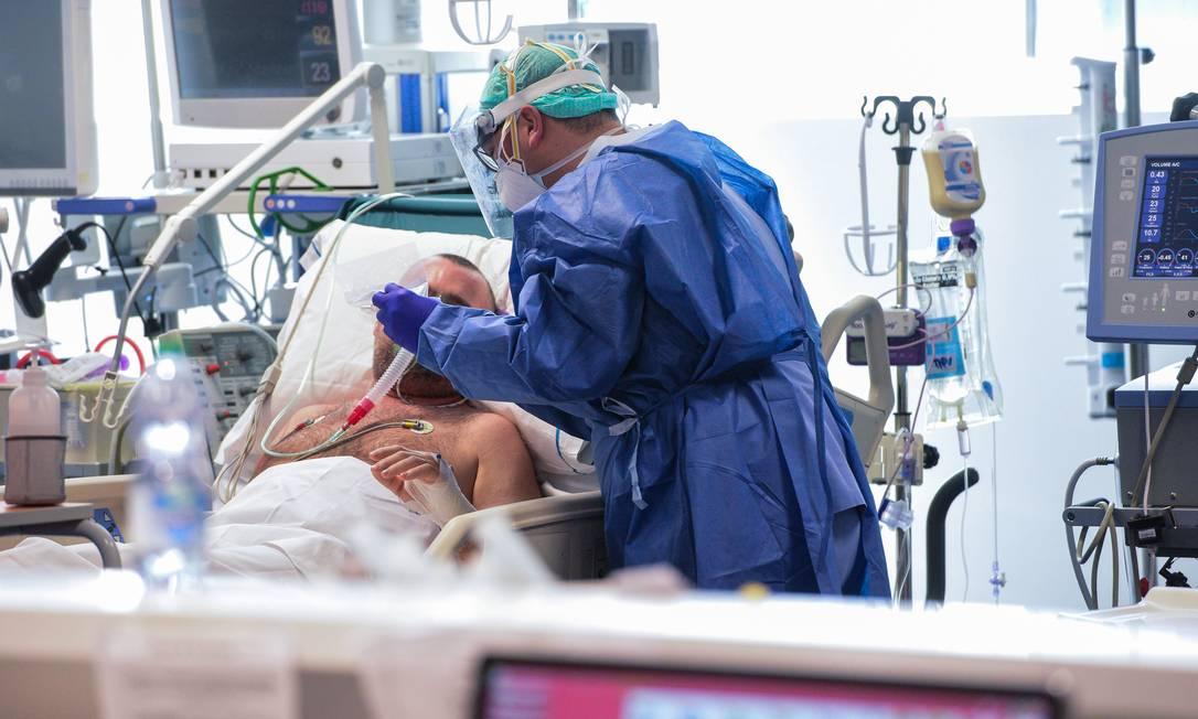 Paciente é atendido em Brescia, na região da Lombardia, o maior epicentro da Covid-19 na Europa. Foto: PIERO CRUCIATTI / AFP