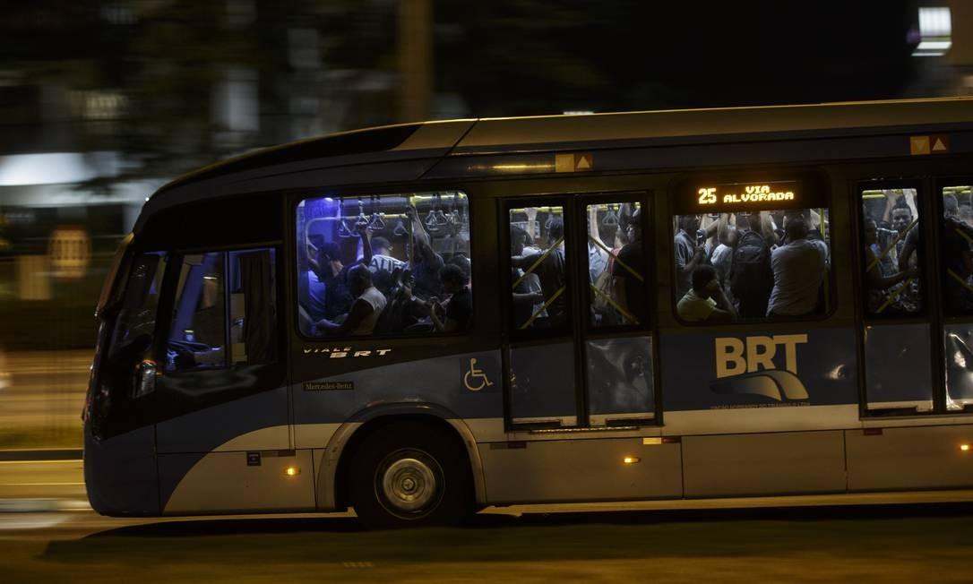 A recomendação é de manter distância de, pelo menos, 1 metro entre as pessoas Foto: Alexandre Cassiano / Agência O Globo