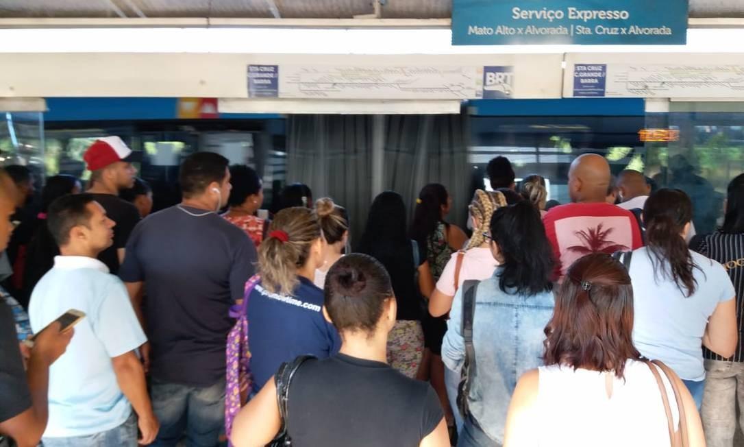 Estações e ônibus cheios nesta quarta-feira após determinação do estado e do município para reduzir número de passageiros Foto: Hermes de Paula / Agência O Globo