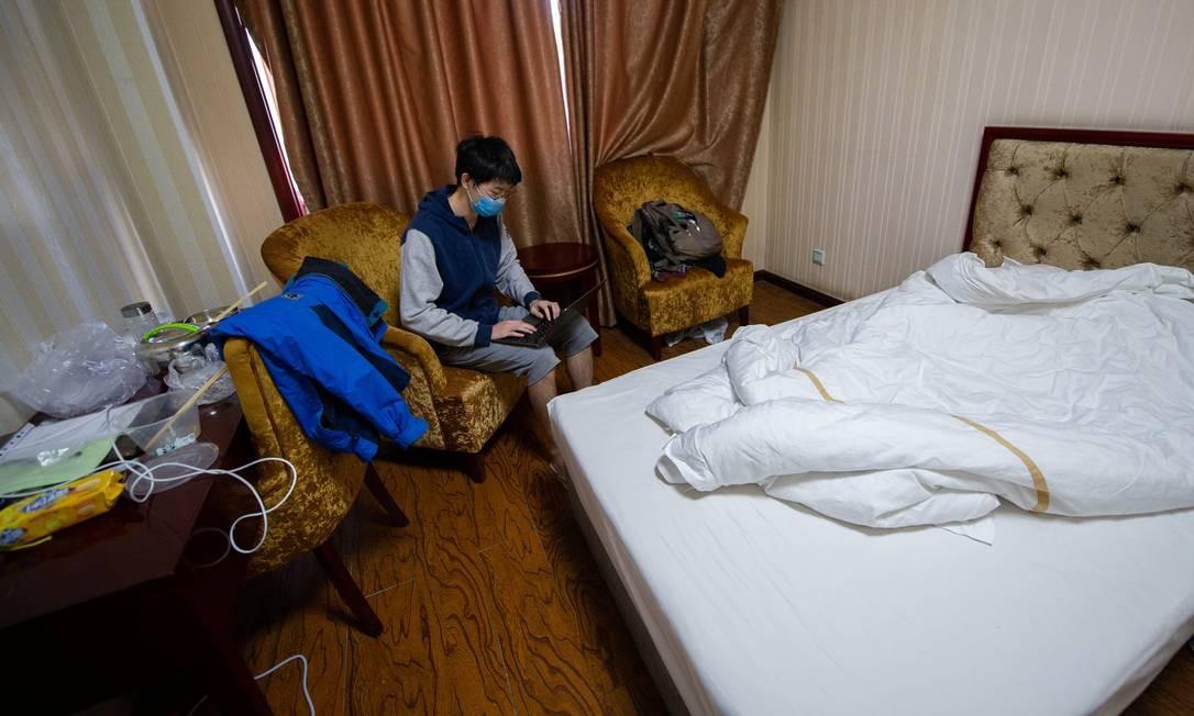 Intercambista estuda pelo notebook durante quarentena contra o novo coronavírus na cidade de Taiyuan, na China, em foto da última terça-feira (17) Foto: STRINGER / REUTERS