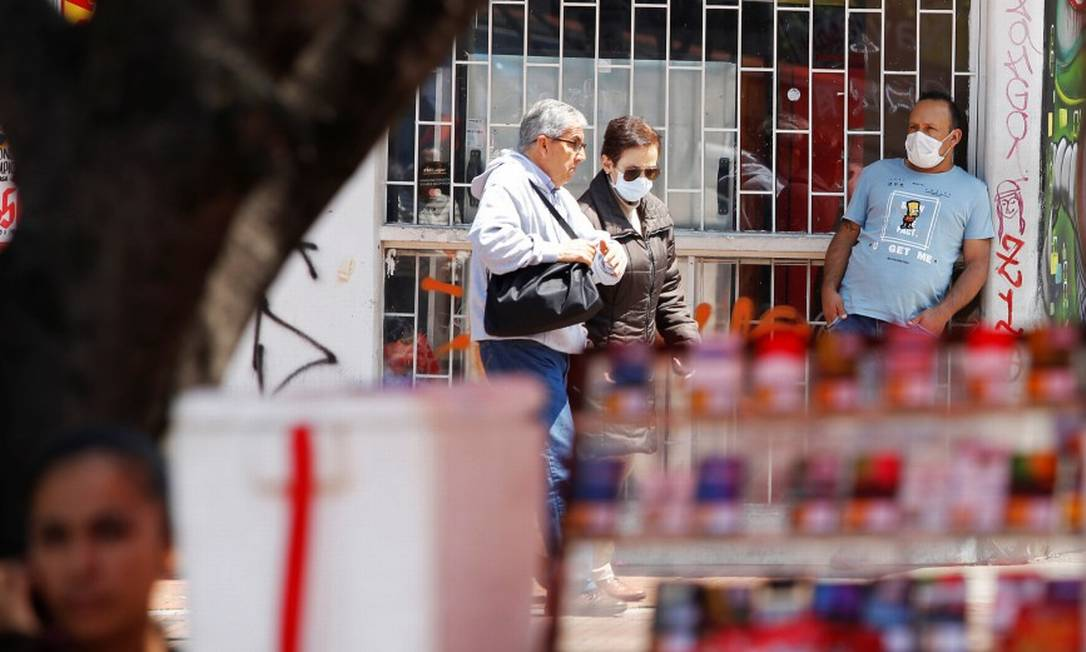 Pessoas usam máscaras em Bogotá para se proteger do novo coronavírus Foto: STRINGER / REUTERS / 17-03-2020