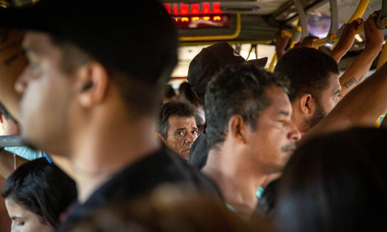 No terceiro dia útil após decreto com medidas de combate ao Covid-19, passageiros se aglomeram em um ônibus do BRT na estação Mato Alto Foto: Hermes de Paula / Agência O Globo - 18/03/2020