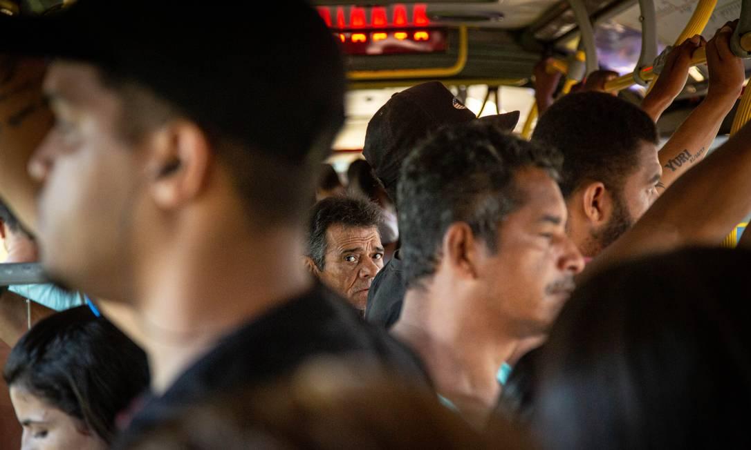 O protocolo ainda não era o uso de máscara, mas já se sabia do alto risco de contaminação em aglomerações. A cena registrada no BRT Mato Alto ficou gravada como padrão de incapacidade do poder público em esvaziar o transporte Foto: Hermes de Paula / Agência O Globo - 18/03/2020