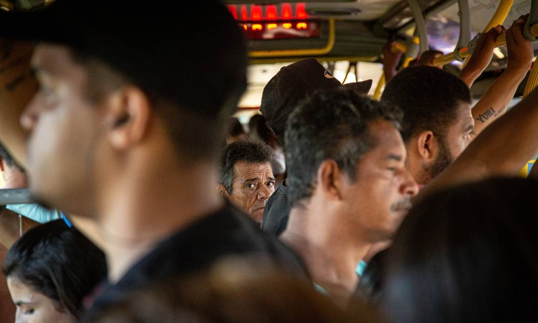 Mais do mesmo. Nesta quarta-feira, terceiro dia útil após decreto com medidas de combate ao Covid-19, passageiros se aglomeram em um ônibus do BRT na estação Mato Alto Foto: Hermes de Paula / Agência O Globo