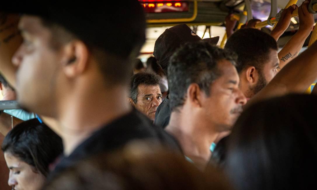 Cariocas que precisam trabalhar enfrentam aglomeração no BRT Foto: Hermes de Paula / Agencia O Glob / Agência O Globo