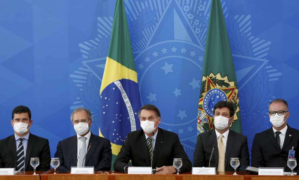 O ministro da Justiça compõe a mesa ao lado de outros ministros e do presidente, durante anúncio de medidas do governo para combater a pandemia da Covid-19 Foto: Pablo Jacob / Agência O Globo - 18/03/2020