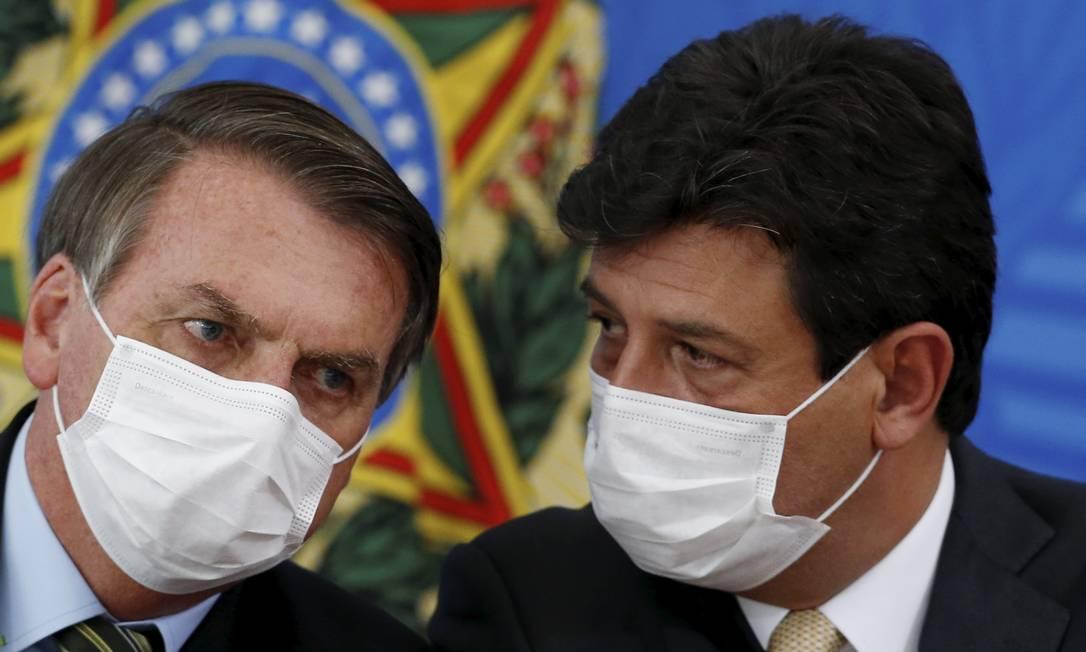 De máscaras, o presidente Jair Bolsonaro e o ministro da Saúde, Luiz Henrique Mandetta Foto: Pablo Jacob / Agência O Globo