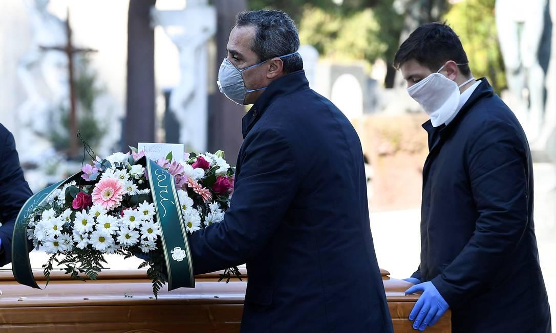 Enterro na cidade de Bergamo, no norte da Itália, uma das áreas mais afetadas pelo novo coronavírus. Foto: FLAVIO LO SCALZO / REUTERS