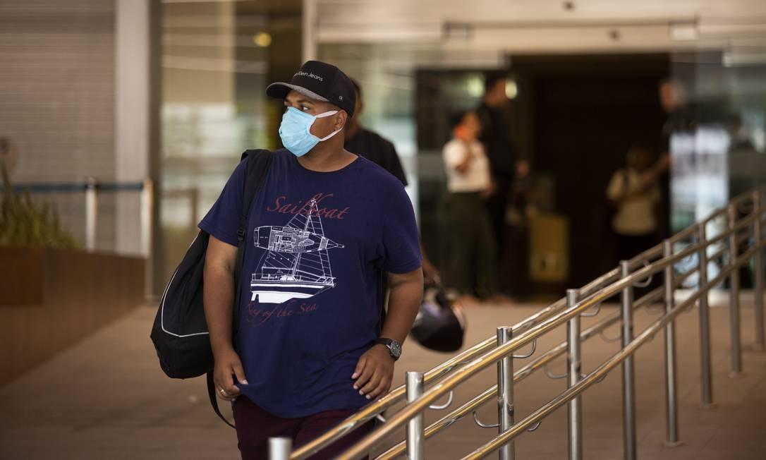 Homem caminha de máscara no shopping Rio, Sul, no Rio de Janeiro Foto: Gabriel Monteiro / Agência O Globo