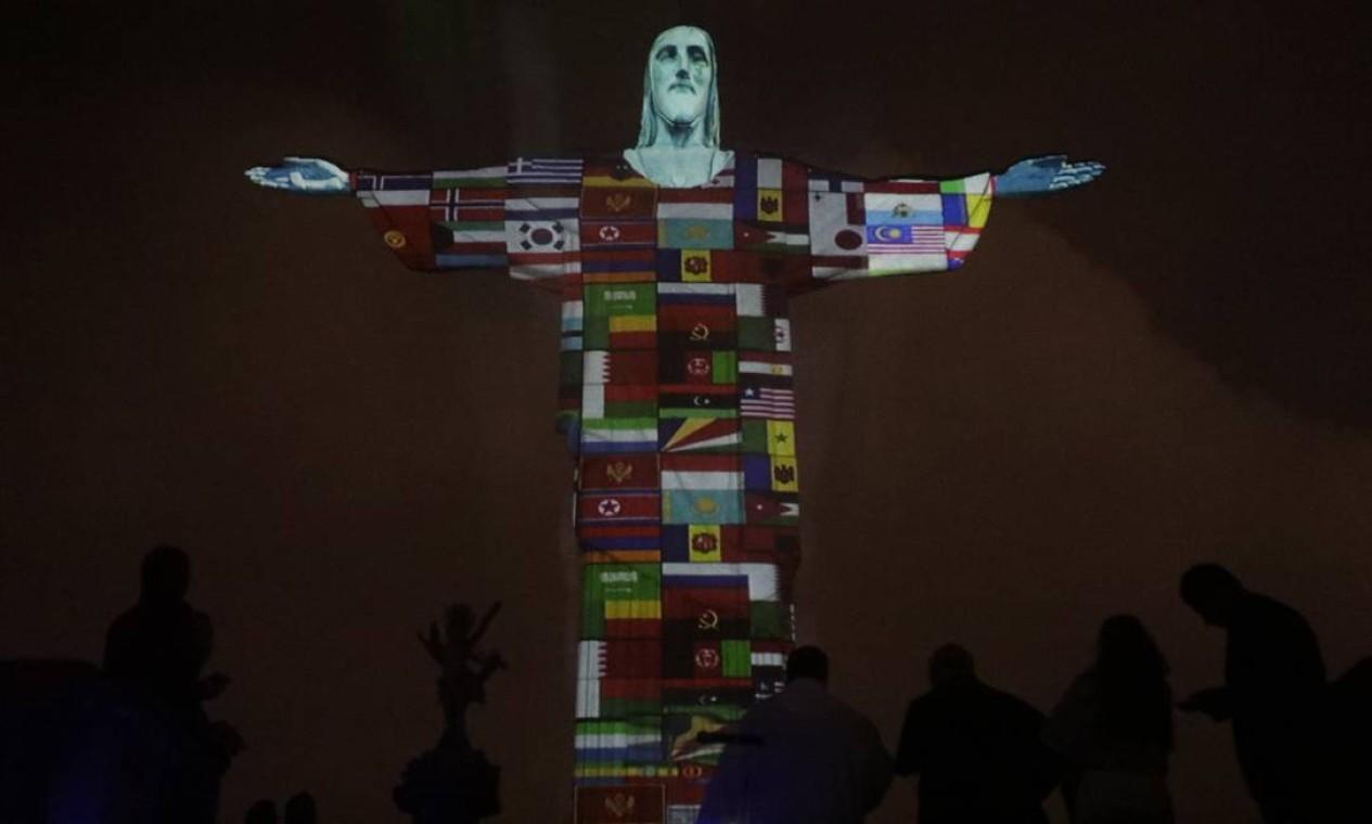 O Santuário Cristo Redentor promove projeção das bandeiras de países com casos de coronavírus no monumento Cristo Redentor Foto: Luiza Moraes / Agência O Globo