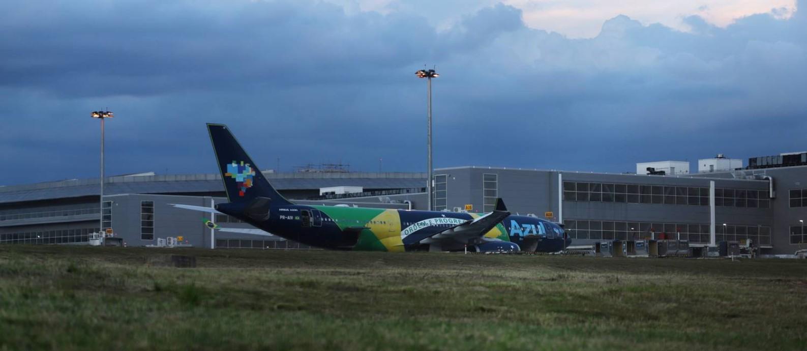 Sem passageiros, empresas como a Azul anunciaram cortes nos voos domésticos e internacionais Foto: RAHEL PATRASSO / REUTERS