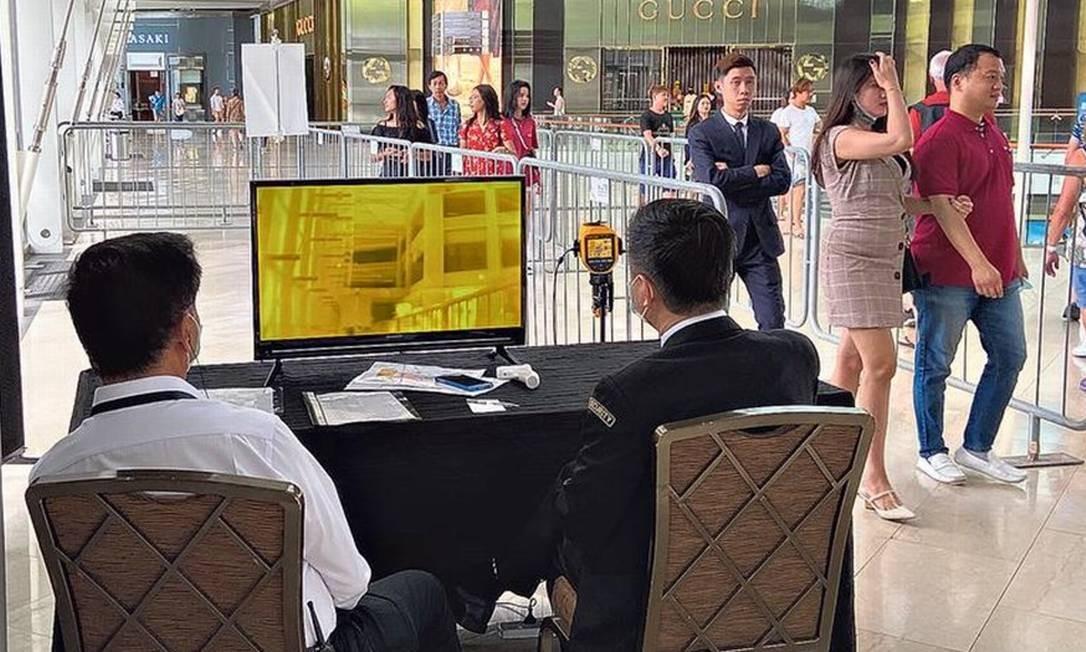 Câmeras sensíveis ao calor corporal foram instaladas nos aeroportos e pontos turísticos de Cingapura para verificar passageiros Foto: Bárbara Nascimento