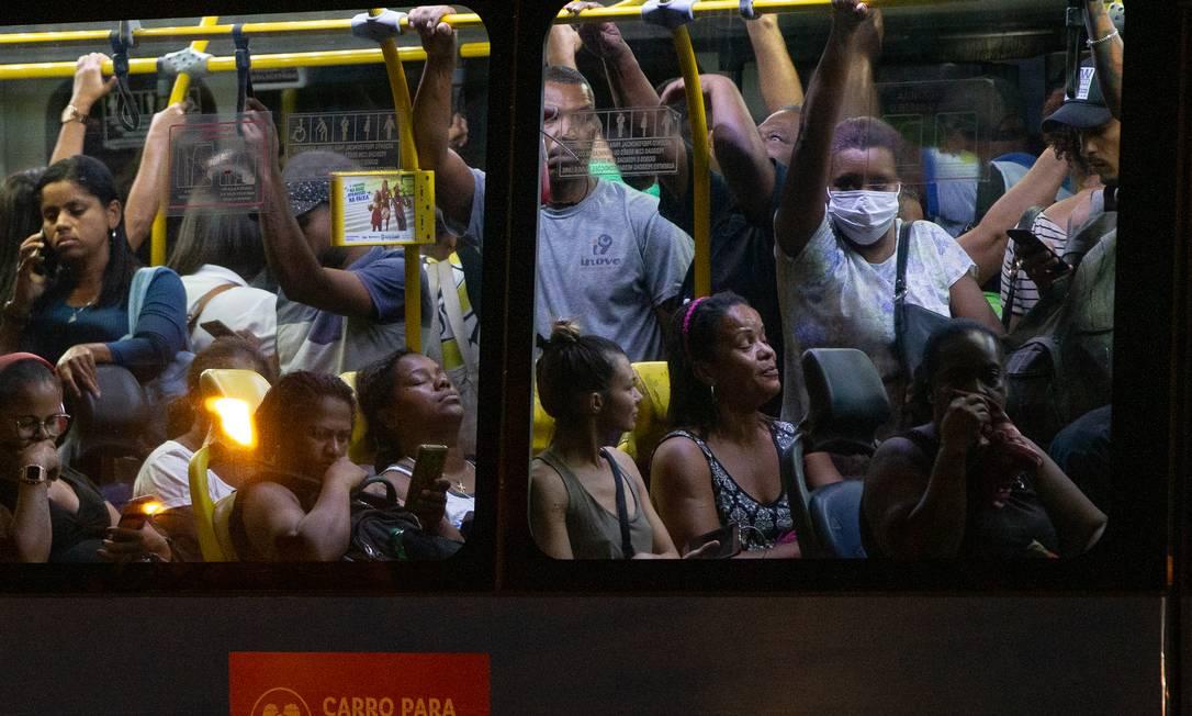 Passageiros em BRT lotado na Zona Oeste do Rio nesta quarta-feira Foto: Roberto Moreyra / Agência O Globo