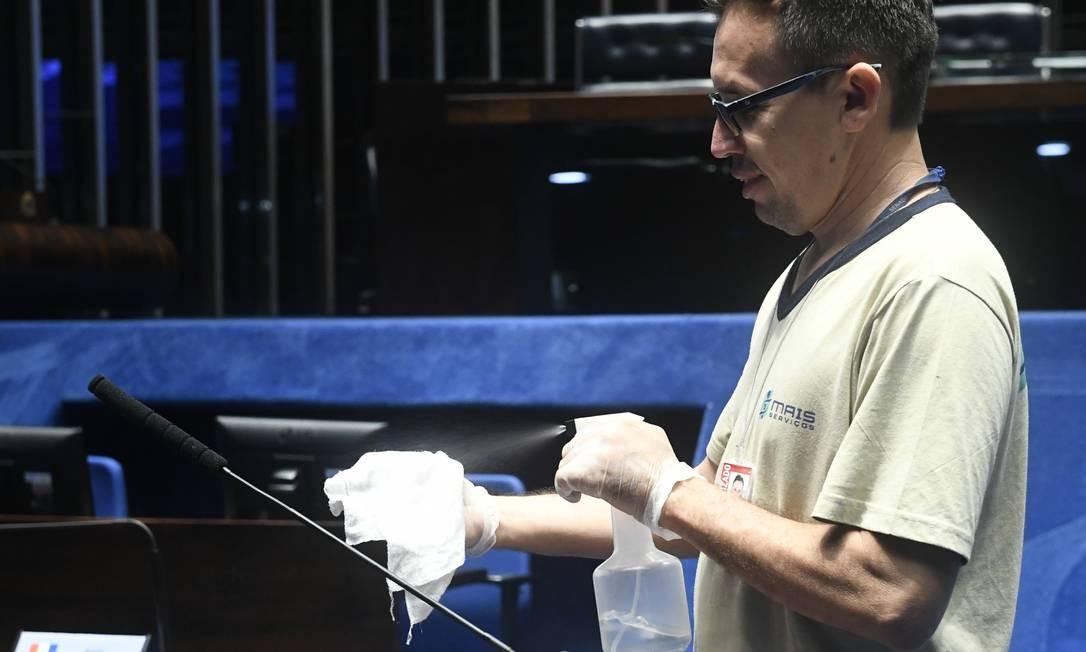 Funcionário higieniza plenário do Senado Federal com álcool Foto: Jane de Araújo/Agência Senado/17-03/2020