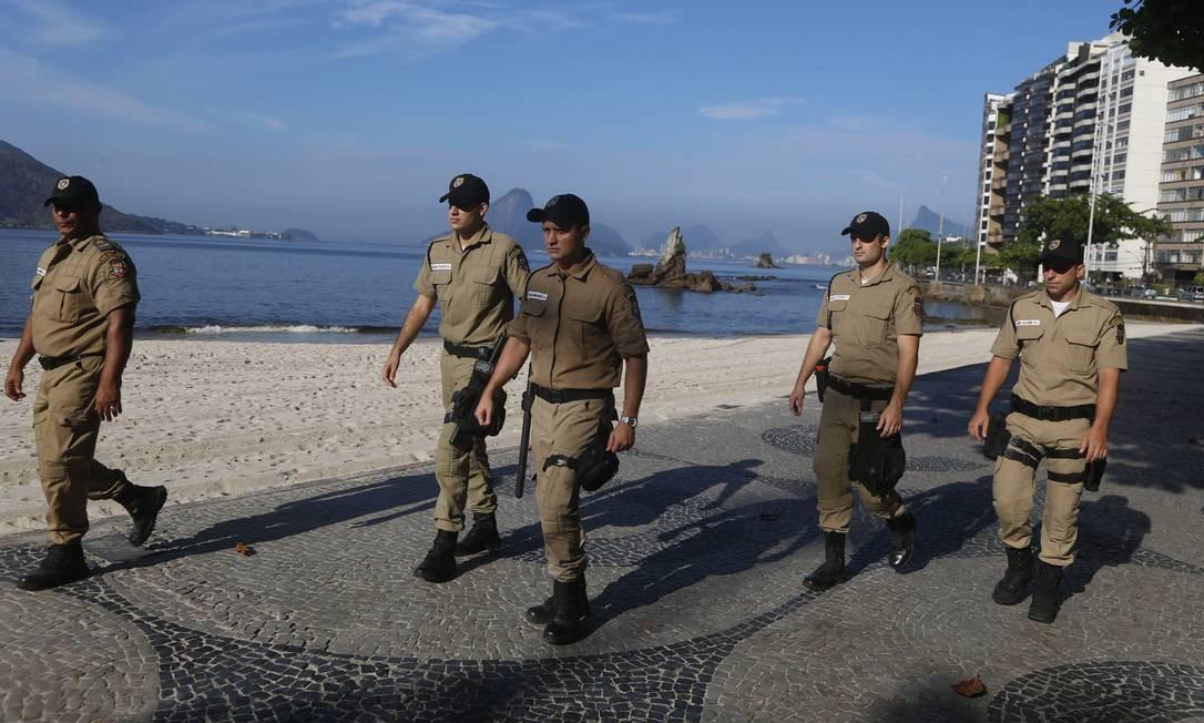Agentes da Guarda Municipal em operação para manter isolado o calçadão Foto: Fabiano Rocha / Agência O Globo