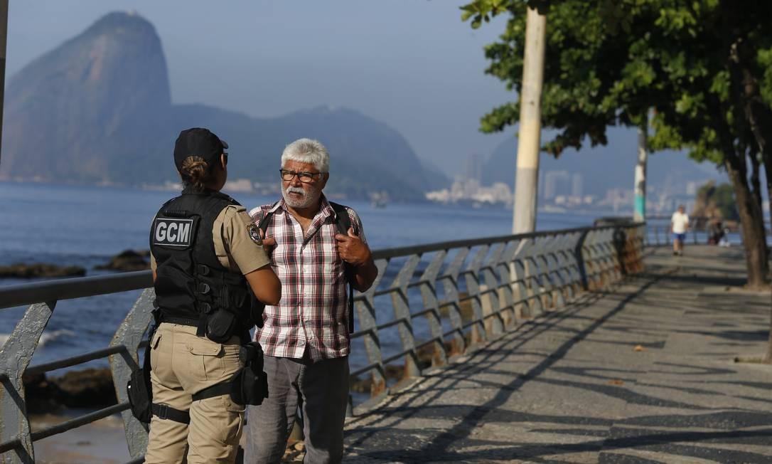 Guarda aborda pedestre no calçadão de Icaraí, Zona Sul de Niterói Foto: Fabiano Rocha / Agência O Globo