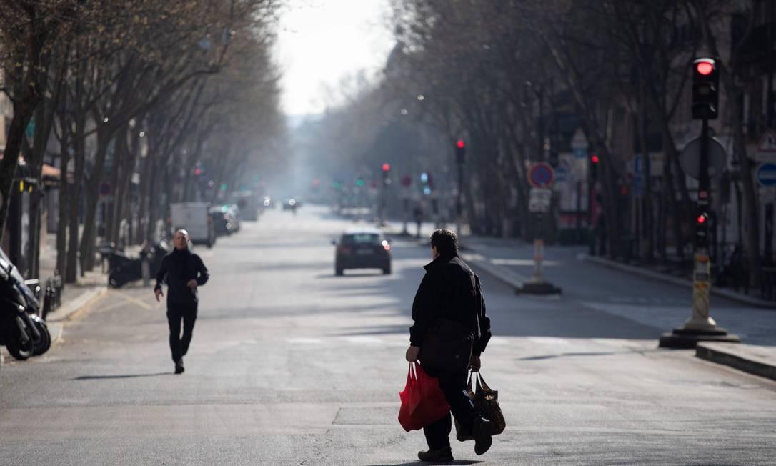 Pessoas andando pela Boulevard Saint-Germain, em Paris Foto: THOMAS SAMSON / AFP