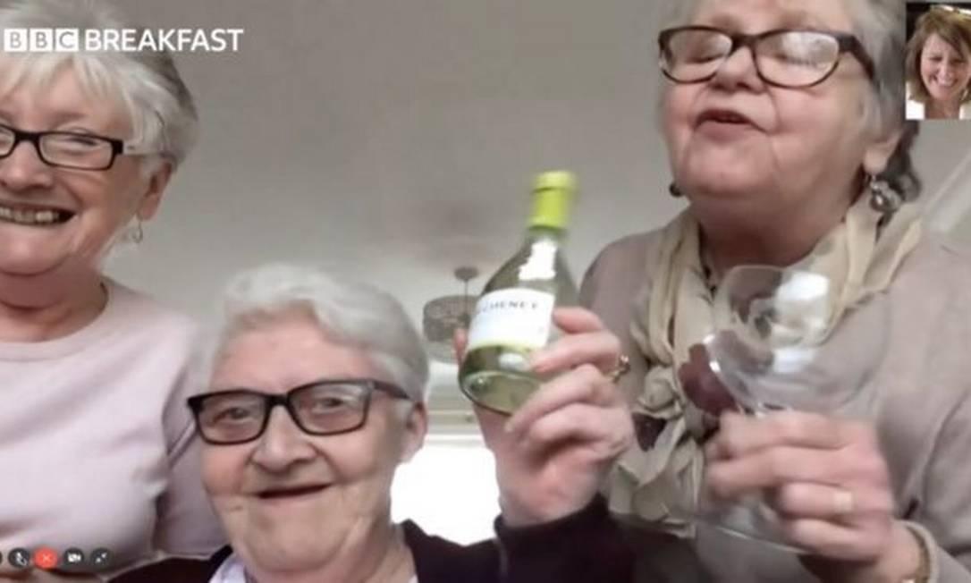 O único item que as amigas estocaram para seu autoisolamento são garrafas de vinho Foto: BBC News Brasil