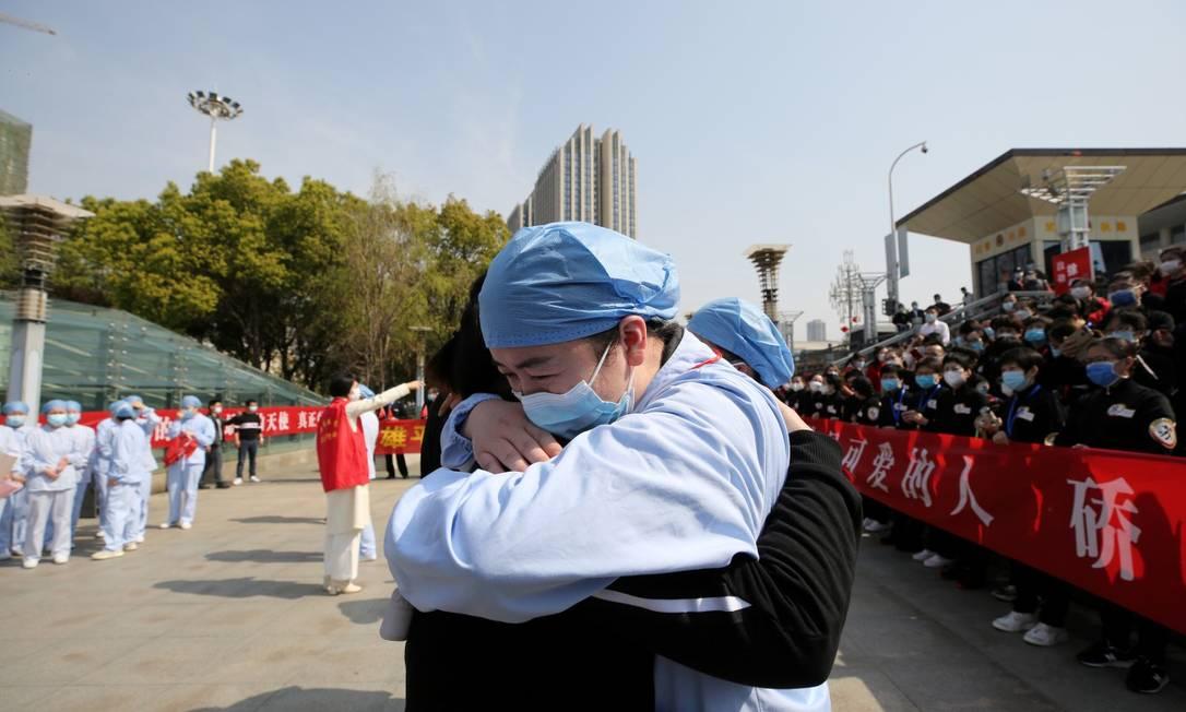 Médico de Wuhan se despede de colega de Jiangsu que ajudou a tratar vítimas do Covid-19 Foto: CHINA DAILY / REUTERS
