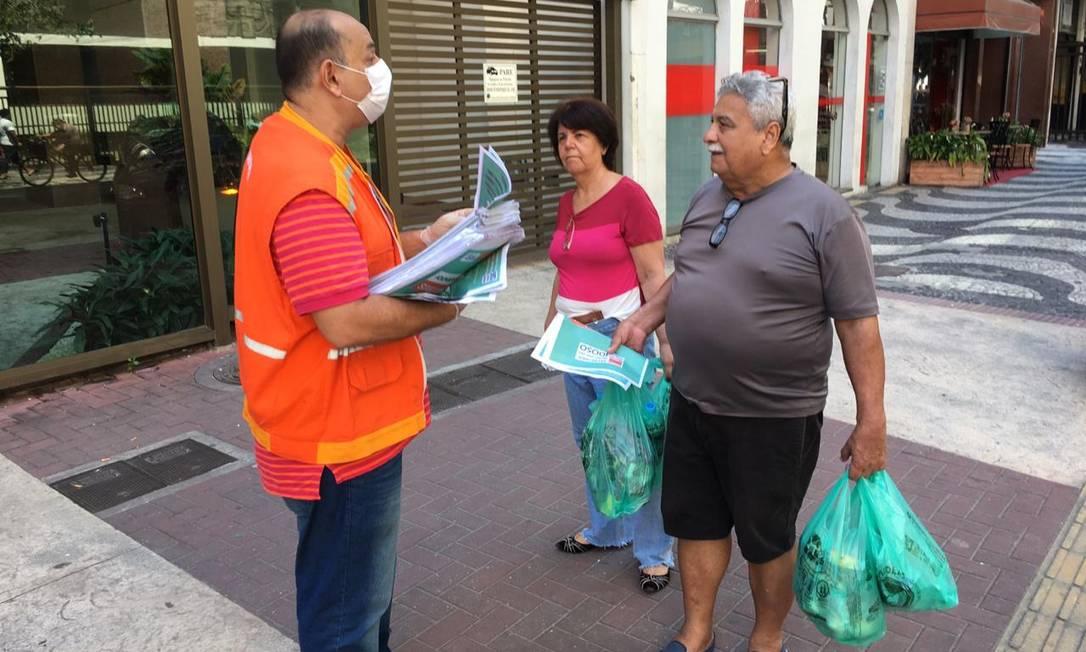 Funcionário da secretaria do Idoso distribui cartilha sobre o coronavírus a pessoas da terceira idade Foto: Divulgação
