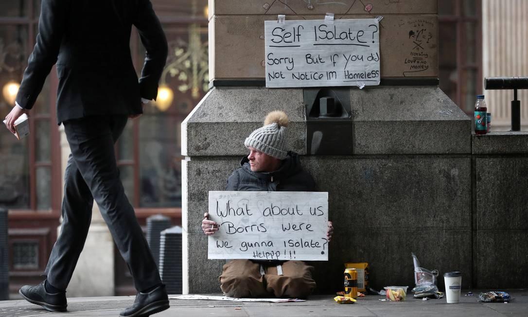 Sem-teto questiona, em cartazes, primeiro-ministro britânico Borris Johson sobre a participação da população em situação de rua no combate à disseminação do novo coronavírus Foto: HANNAH MCKAY / REUTERS