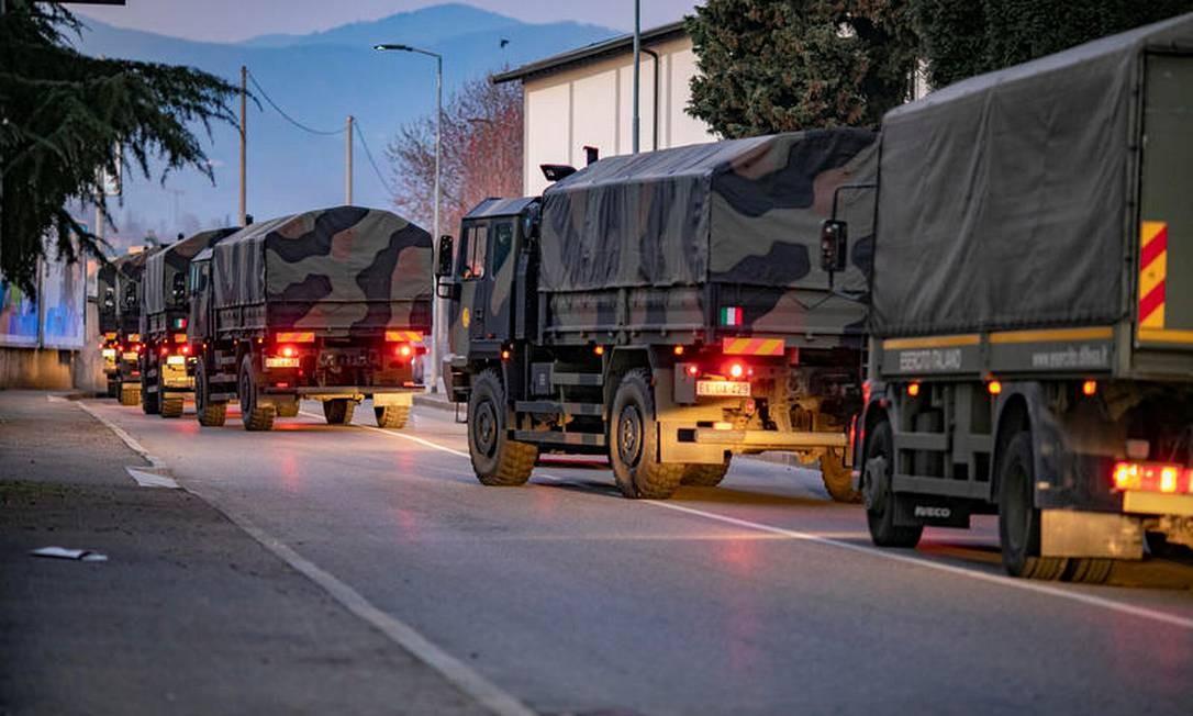 Caminhões as forças armadas italianas retiram caixões da cidade de Bérgamo, na Itália, para ajudar os serviços funerários, que estão sobrecarregados. Foto: Sergio Agazzi /Fotogramma / via REUTERS
