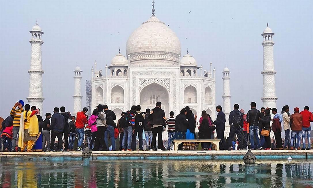 Antes: em 3 de janeiro, quando coronavírus era uma palavra desconhecida da maioria esmagadora da população mundial, o Taj Mahal estava cheio como de costume Foto: Pawan Sharma / AFP