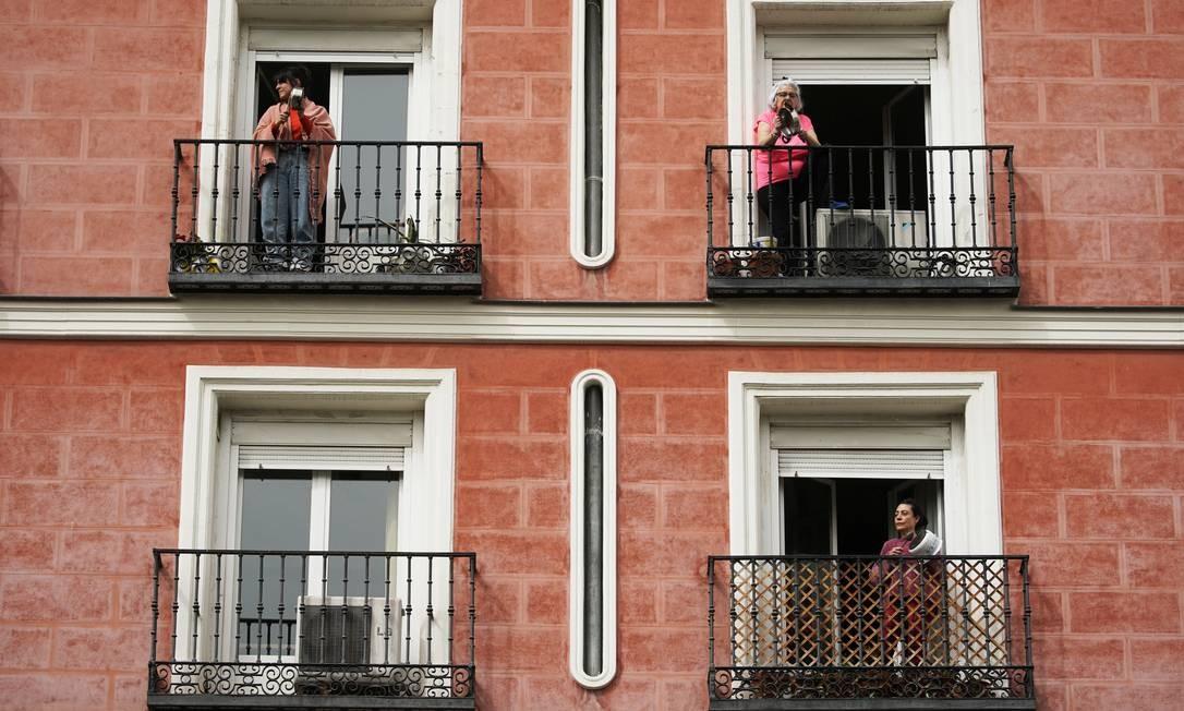Espanhóis fazem panelaço em suas varandas contra o rei emérito Juan Carlos I: população cumpre quarentena desde segunda-feira e reivindica investimento de US$ 100 milhões no combate ao coronavírus Foto: JUAN MEDINA/REUTERS/18-3-2020