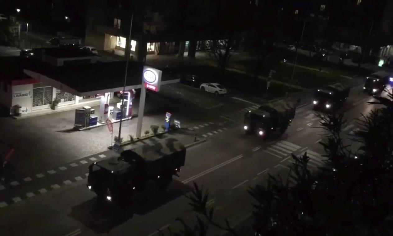 Longa fila de caminhões caminhões militares atravessam ruas estradas de madrugada retirando caixões da cidade de Bergamo, no norte da Itália, onde mais de 90 pessoas morreram pelo surto do novo coronavírus Foto: EUGENIO LAFRATE / EUGENIO LAFRATE via REUTERS