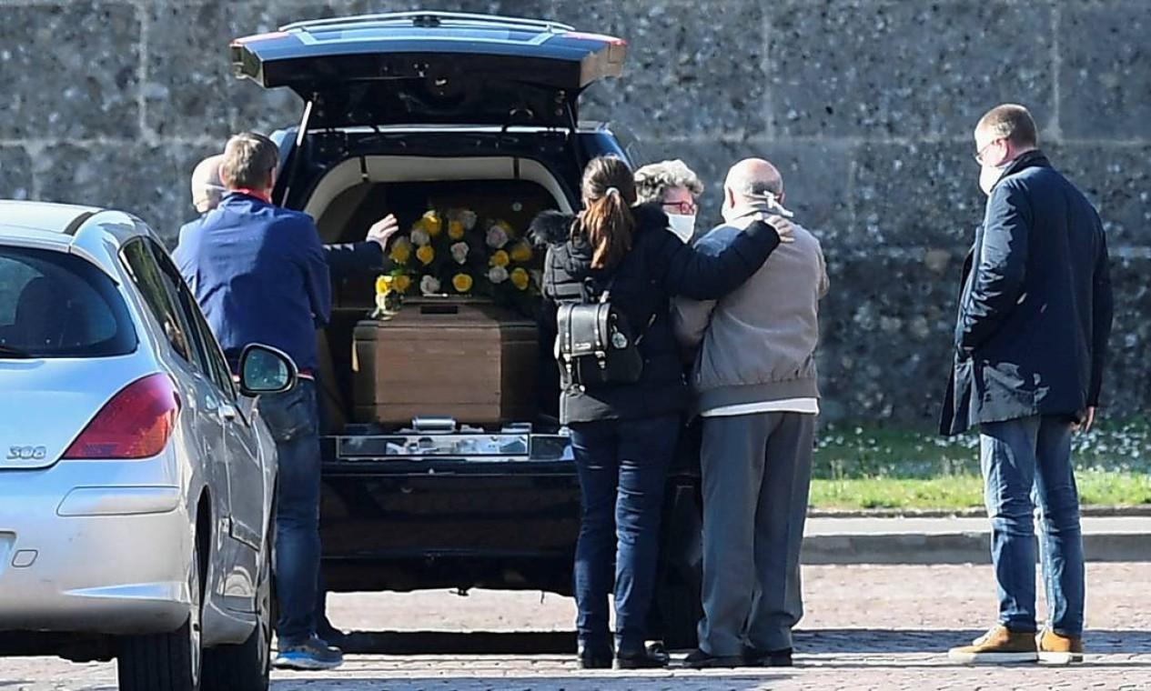 Parentes de uma pessoa que morreu por contágio da Covid-19 chegam a um cemitério em Bergamo, Itália, em 16 de março. Itália teve o maior aumento diário de mortes do coronavírus já registrado na quarta-feira. Região da Lombardia, na qual Bergamo está incluída, houve mais de 300 mortes Foto: Flavio Lo Scalzo / REUTERS